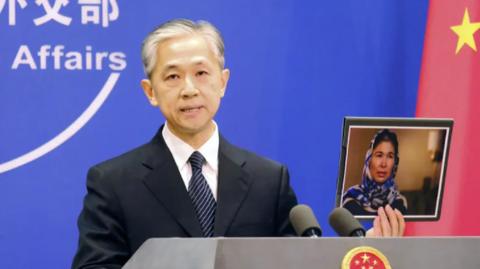 中国  被害証言は「うそ」 ウイグル女性の写真を手に非難。「米国で(反中)勢力の訓練を受けた後に説明を変えた」「中国を中傷し攻撃するための役者にすぎない」