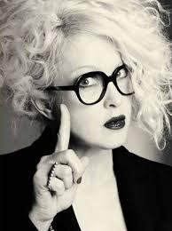 """『シンディ・ローパー』、日本企業の""""女性はメガネ禁止""""を批判。メガネではなくコンタクトレンズの着用を求め物議。"""
