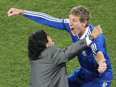 s_Diego-Maradona-Hugs-Martin-Palermo-Greece-v-A_2469168