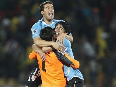 s_Uruguay-trio-celebrate_2469078