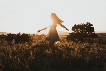 草原で舞う女性