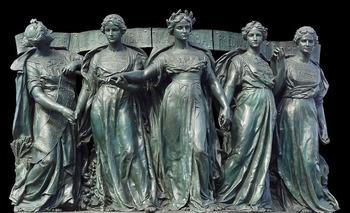 女王たちの像