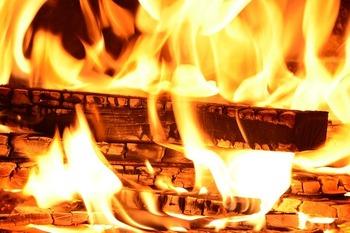 燃える炭火