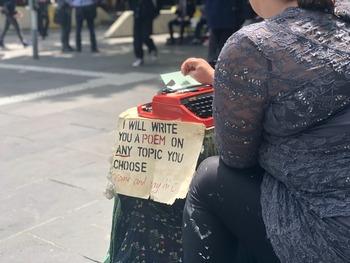 詩を書く人