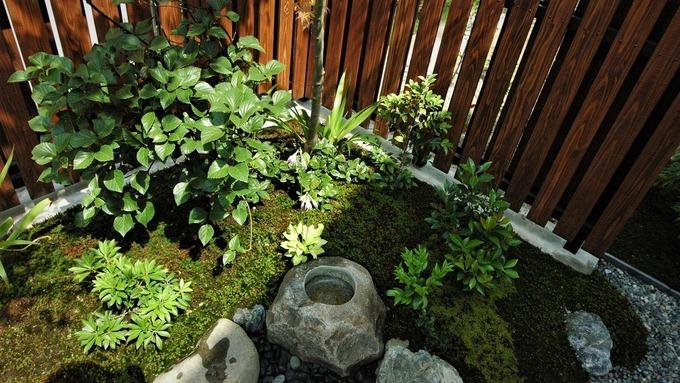 板塀と水鉢