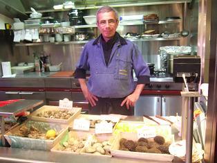 おじさん 市場 リヨン 牡蠣 フランス