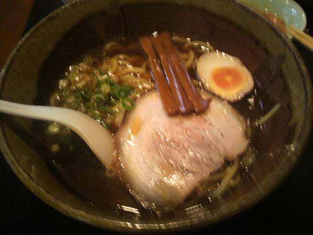 松川屋 しょうゆらーめん 750円  <br> ここのラーメンは味に派手さはないのだけど、ベースの出汁をしっかり摂っており、通い続けると味を感じさせるラーメンだと思う。