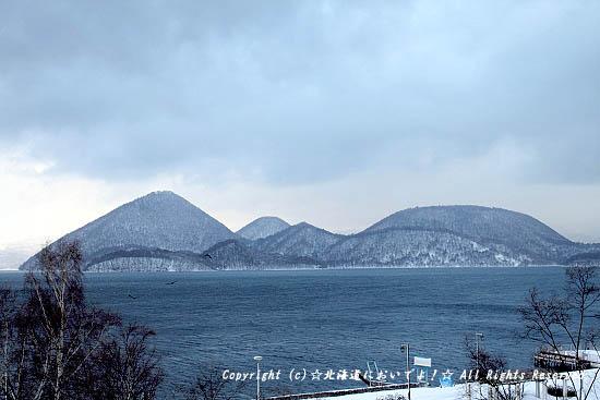 洞爺湖万世閣ホテルレイクサイドテラスから眺める中島