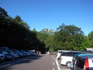 駐車場から白馬岳を望む
