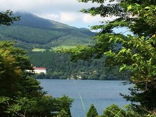 芦ノ湖を望む
