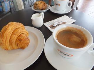 クロワッサンとコーヒーで朝食