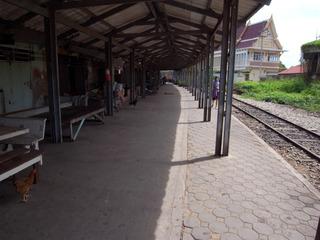 廃駅のようなホーム