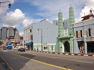 寺院とモスクが並んでいます