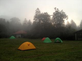 霧の中のキャンプ場