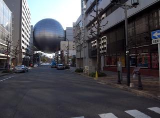 街並みに球体