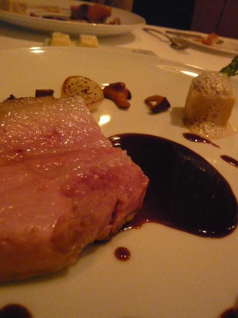 菊地芳醇豚ロースト玉葱のクーリサマートリュフ風味の赤ワインソース