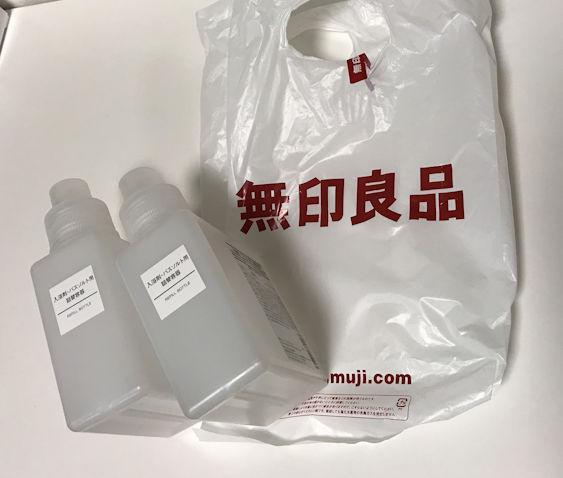 よく使う酸素系漂白剤と重曹、アルカリウォッシュとクエン酸は無印良品の入浴剤の詰め替え容器に入れています。
