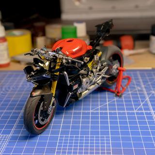 バイクのプラモデル完成したから見てください!!!