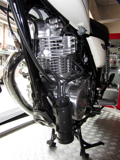 Yamaha_SR400_2014_Engine_With_EVAP_Canister