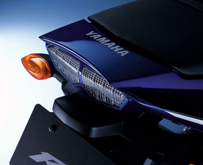 146_03_123zoom+2003_yamaha_yzf_r6+taillight