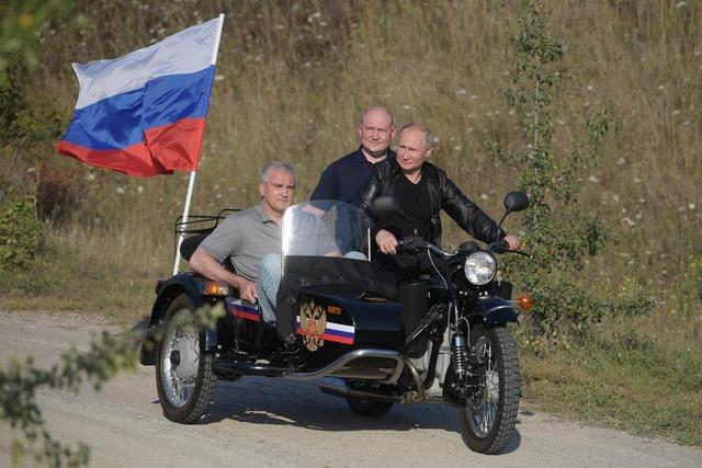 プーチン大統領、ロシア国旗をはためかせクリミア半島をバイクで爆走。実効支配を誇示