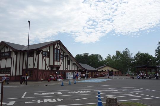 """北海道の「道の駅」で車中泊対策に駐車場を有料化…""""マナー違反""""は改善される?"""