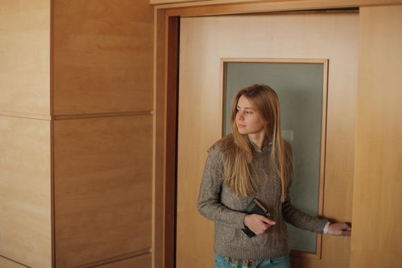 部屋に入る女性