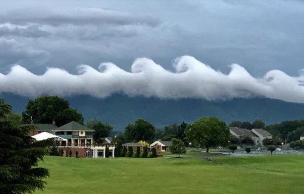 アメリカの空に現れた『サーフィンが出来そうな波雲』