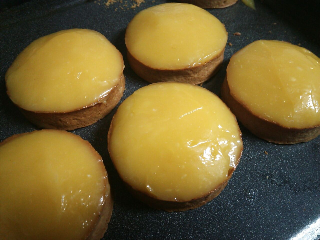 熱々のナパージュをどろりと一度で塗り、シロップで煮たレモンの皮を飾ります。
