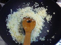 米を炒める
