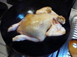丸鶏の表面を焼く