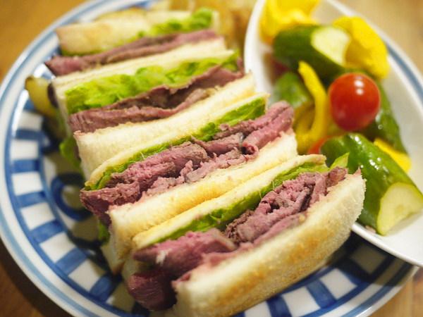 「セケンノハテマデ」(サライネス) のシカ肉サンドイッチ