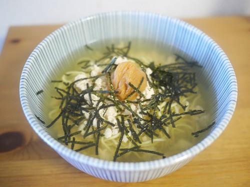 鶏そぼろと梅のお茶漬け風ラーメン
