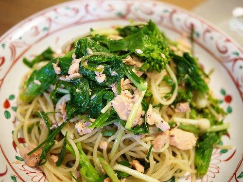 塩マスとノビルと白菜の蕾菜のパスタ