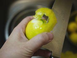 レモンの皮をむく