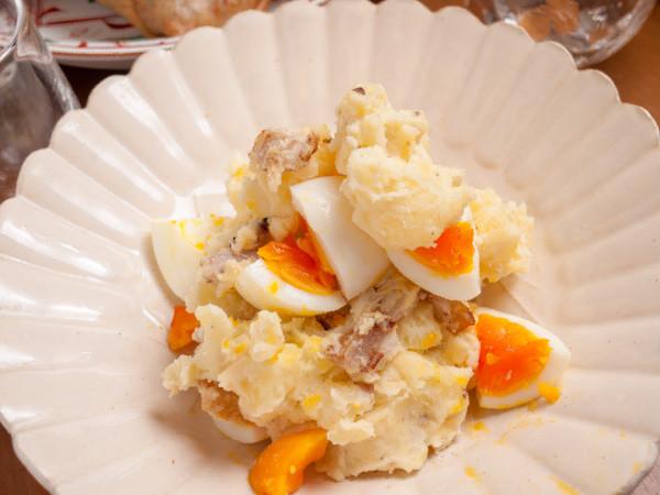 ゆで卵とベーコン入りポテトサラダ