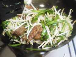 野菜とレバーを炒める