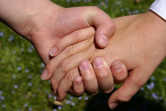 800px-Hold_my_hand