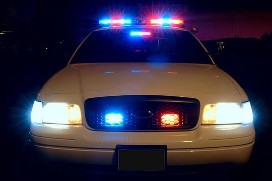 640px-Police_car_with_emergency_lights_on