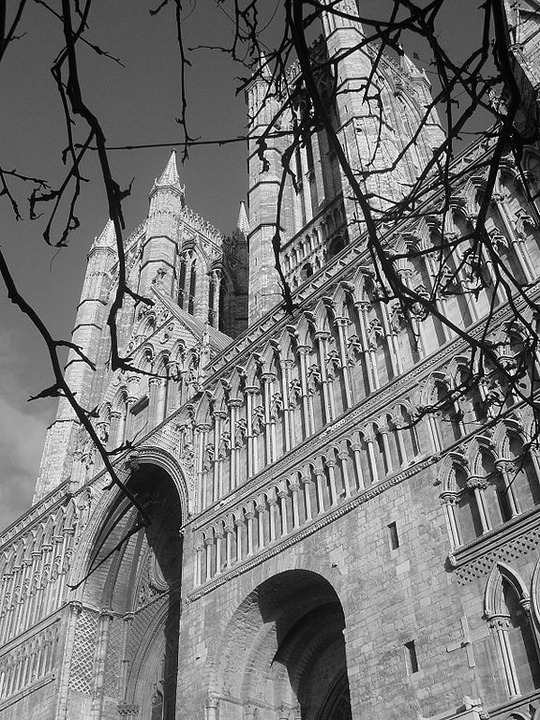 576px-Lincoln_Cathedral-West-close-up