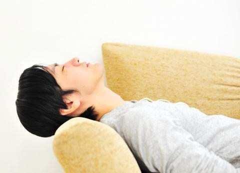 ソファーで寝ている男性