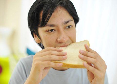 食パンを食べる男性