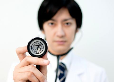 聴診器をあてるドクター