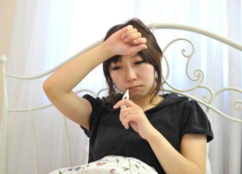熱をはかる女の子