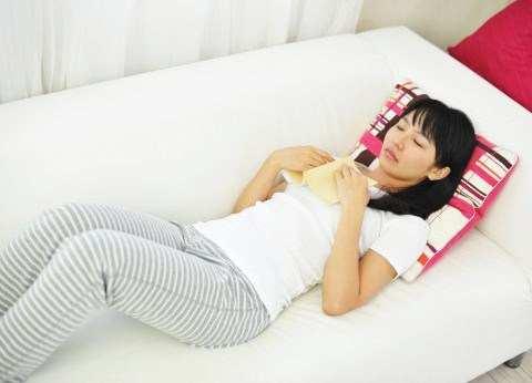 本を読みながら寝てしまった女の子