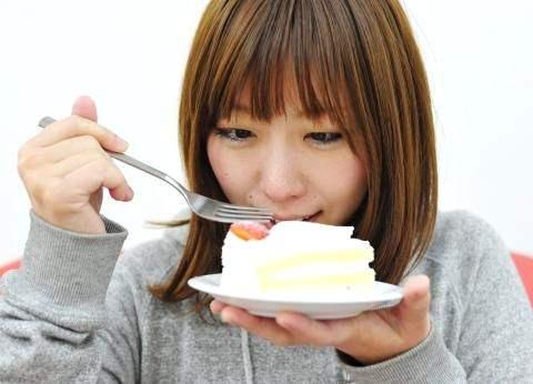 ケーキを食べる女の子