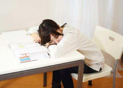 勉強中に寝てしまった女の子