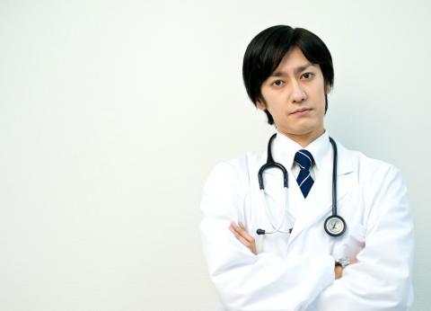 腕組みするドクター