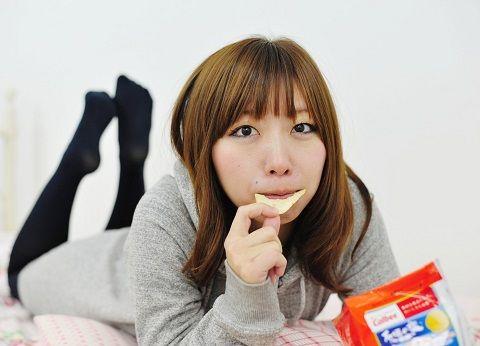 ポテチを食べる女の子