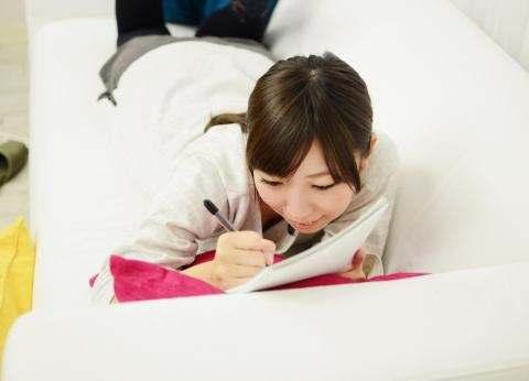 ソファーで勉強する女の子